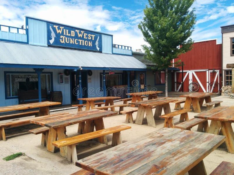 Themenorientierte Stadt und Restaurant der wilden Westkreuzung in Williams, Arizona stockbilder