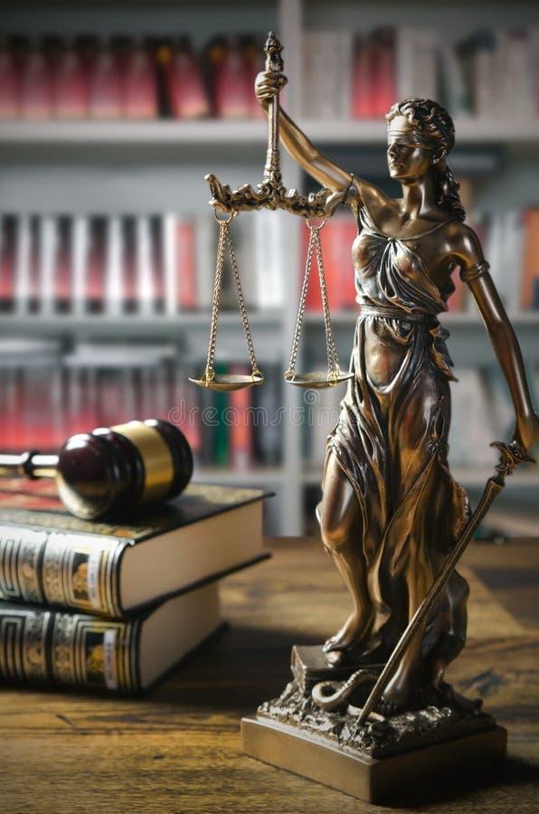 Themis和惊堂木法庭上图书馆 库存照片