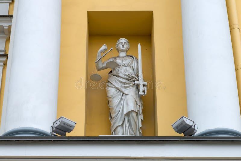 Themis, dea della scultura della giustizia sulla costruzione della corte costituzionale della Russia fotografie stock