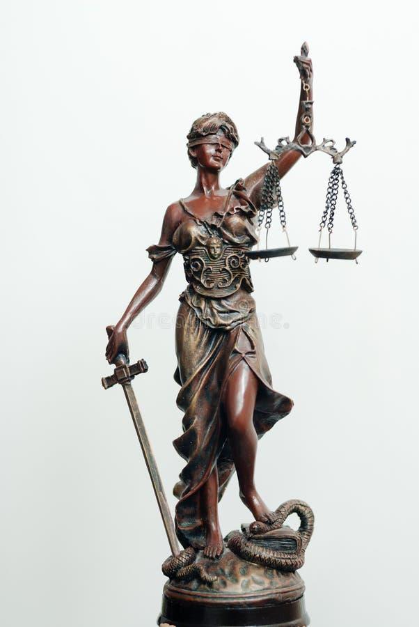 Themis, femida of rechtvaardigheidsgodinbeeldhouwwerk op wit royalty-vrije stock foto