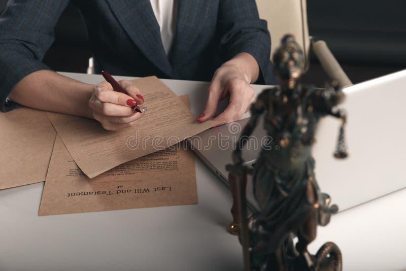 Themis sur le bureau sur la vue de face et les documents sur papier derrière photo stock