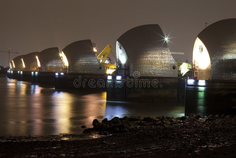 Themse-Sperre nachts lizenzfreies stockfoto