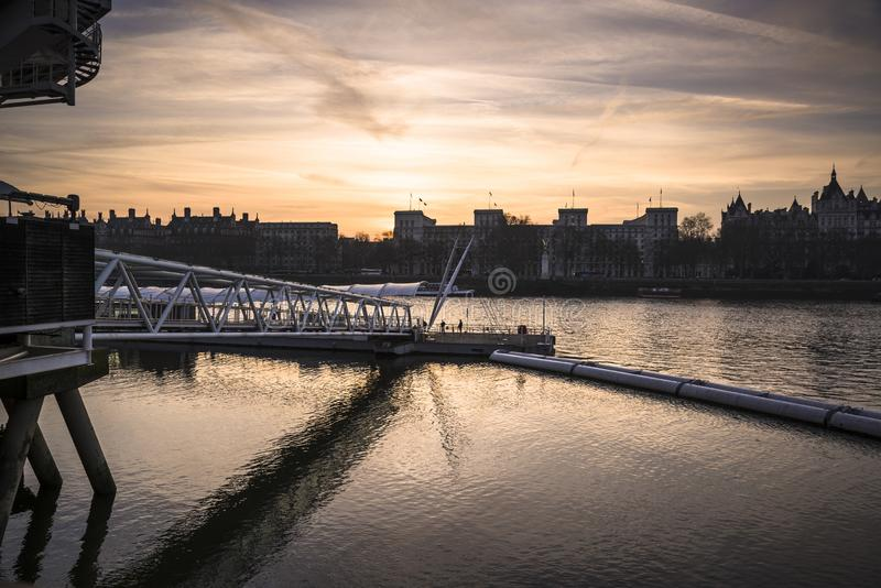 Themsen på skymning i mitten av staden, London, UK fotografering för bildbyråer