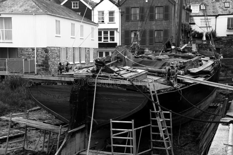 Themsen rusar under återställande i Topsham, Devon royaltyfria bilder