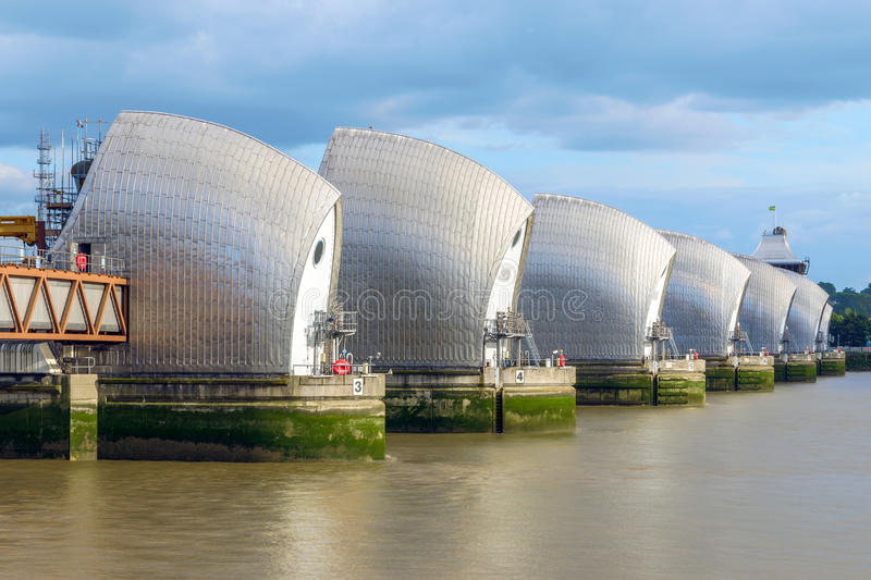 Themsenbarriär i London, UK royaltyfri fotografi