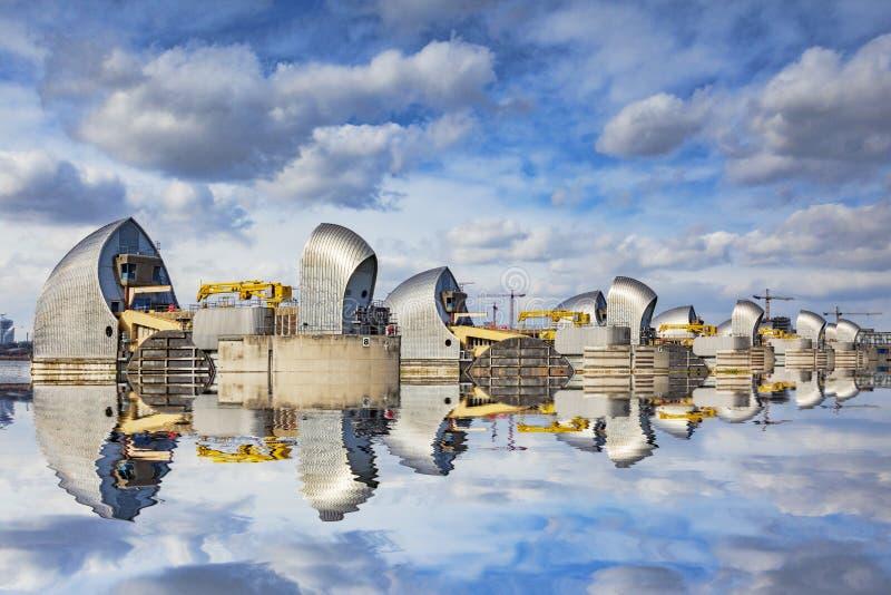 Themsenbarriärreflexion London UK fotografering för bildbyråer