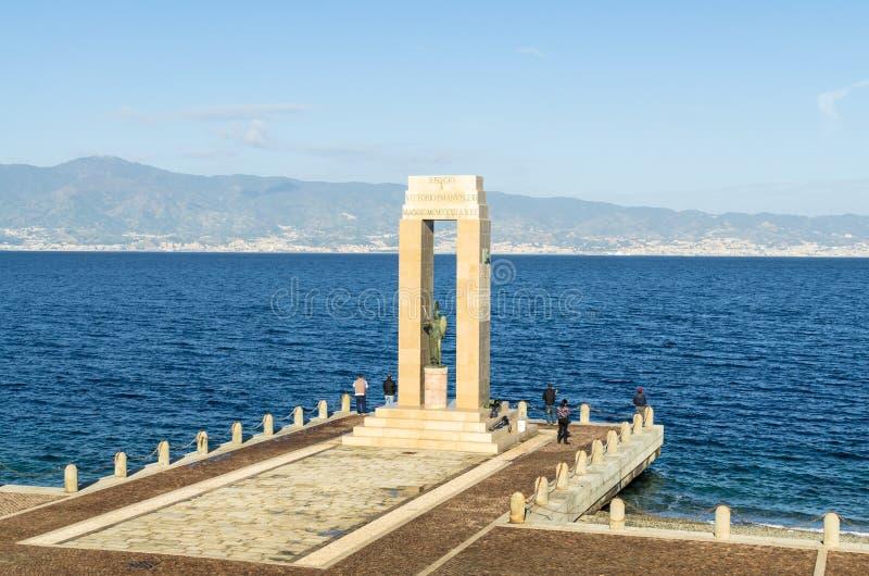 Thena gudinnastaty och monument till Vittorio Emanuele på arenadelloen Stretto, Italien royaltyfri bild