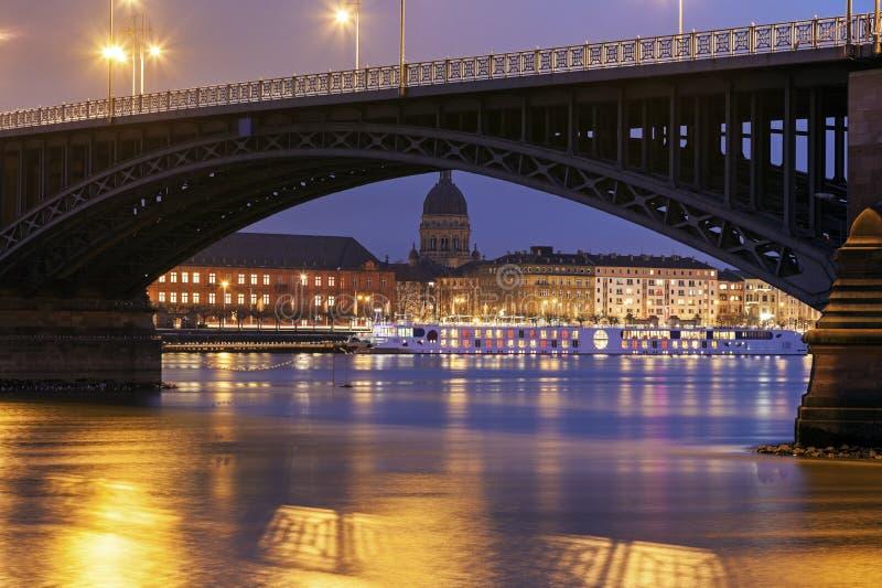 Theodor Heuss Bridge y Christuskirche imagen de archivo