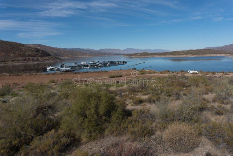 Theodore Roosevelt湖和它` s小游艇船坞在亚利桑那 免版税库存照片