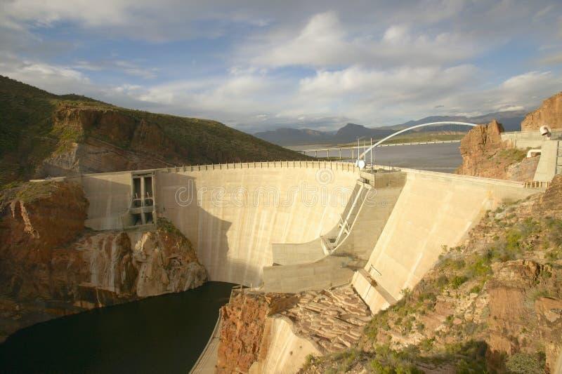 Theodore Roosevelt Dam op Apache-Meer, ten westen van Phoenix AZ in de Siërra Ancha-bergen royalty-vrije stock foto's