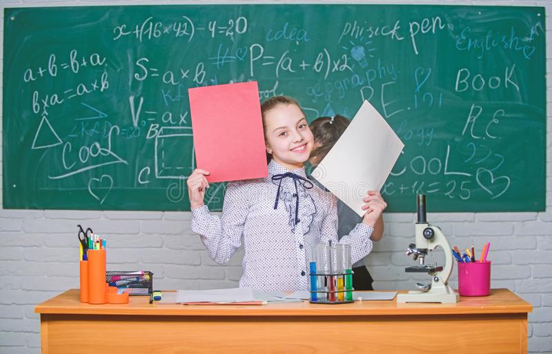 Theorie en praktijk Neem chemische reacties waar Formeel onderwijsschool Onderwijsexperiment Terug naar School school stock afbeelding