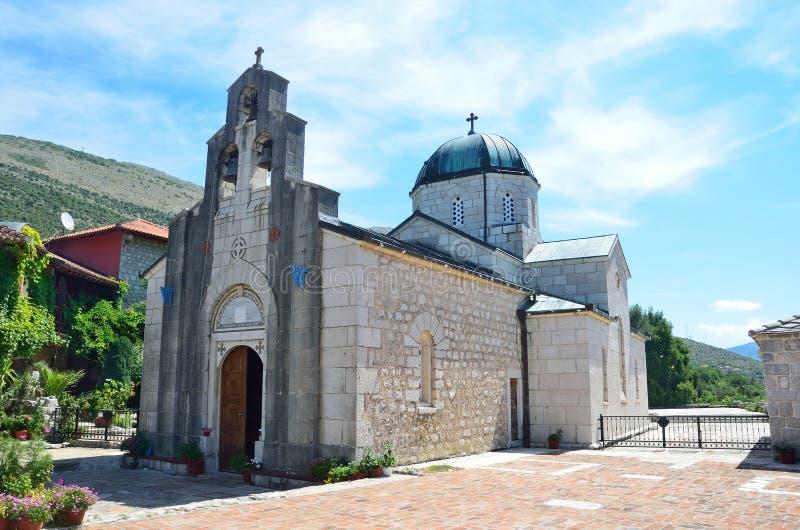 Theotokos的Dormition的教会在修道院Tvrdos的 达成协议波斯尼亚夹子色的greyed黑塞哥维那包括专业的区区映射路径替补被遮蔽的状态周围的领土对都市植被 库存照片