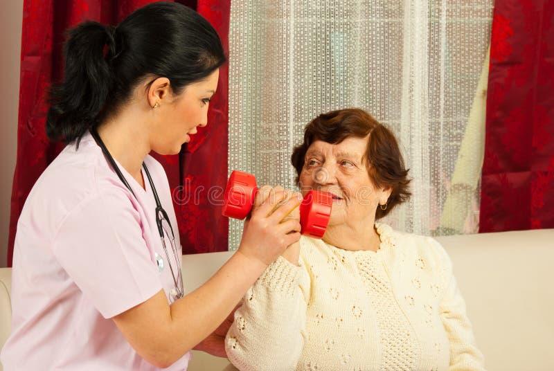 Therapeut, der älterem Haus hilft stockbild
