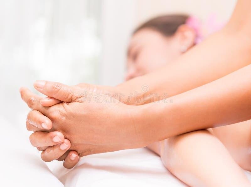 Therapeut, der Arm verwendet, um Frauen zu massieren stockfotos