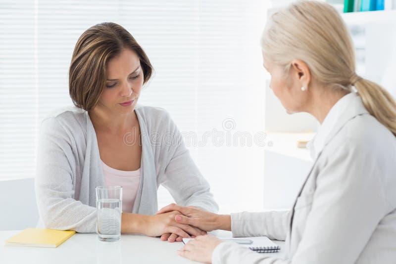 Therapeut, der ihren Patienten tröstet lizenzfreie stockbilder