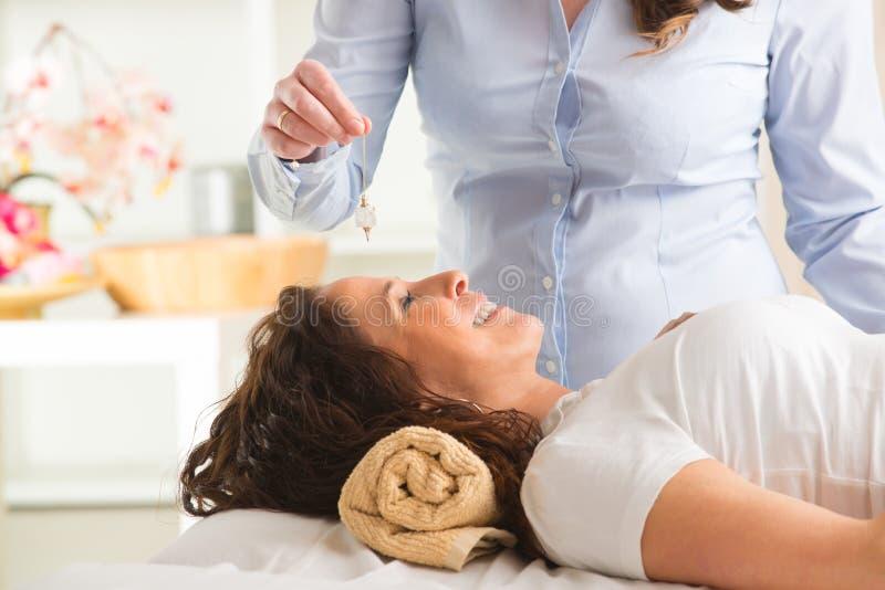 Therapeut, der Pendel verwendet stockbild