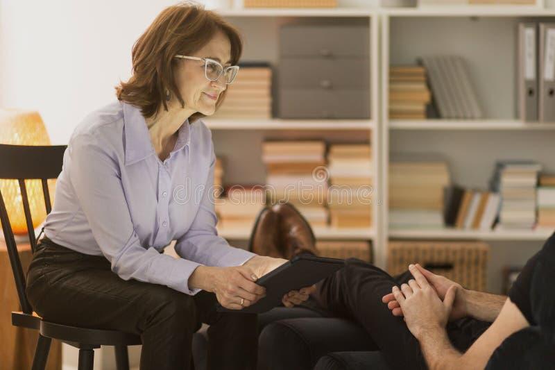 Therapeut die aan de mens luisteren royalty-vrije stock afbeeldingen