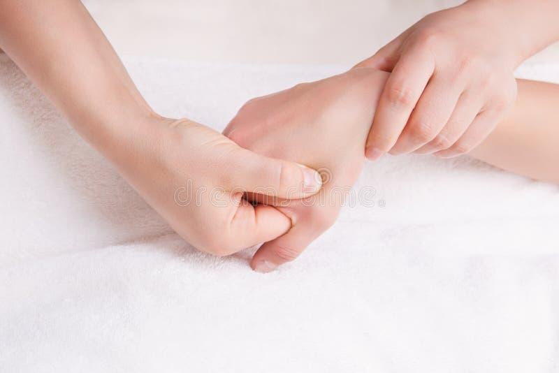 Therapeut die een massage op de hand van de vrouw doen royalty-vrije stock foto