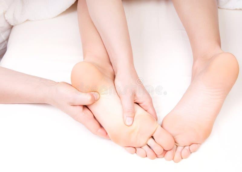 Therapeut die een voetmassage doen stock foto's