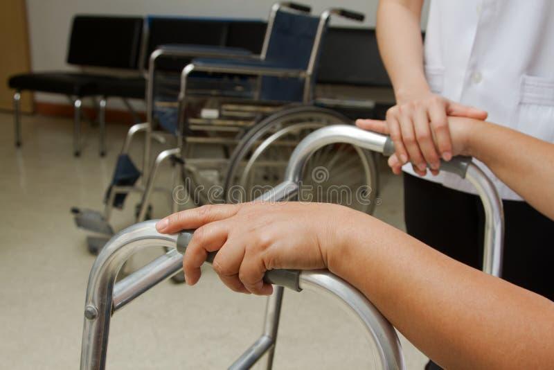 Therapeut die gehandicapte hogere patiënt bijstaan om te lopen royalty-vrije stock foto