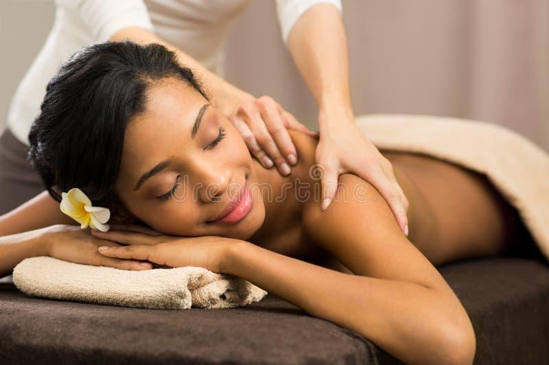 Therapeut die massage doet stock afbeeldingen