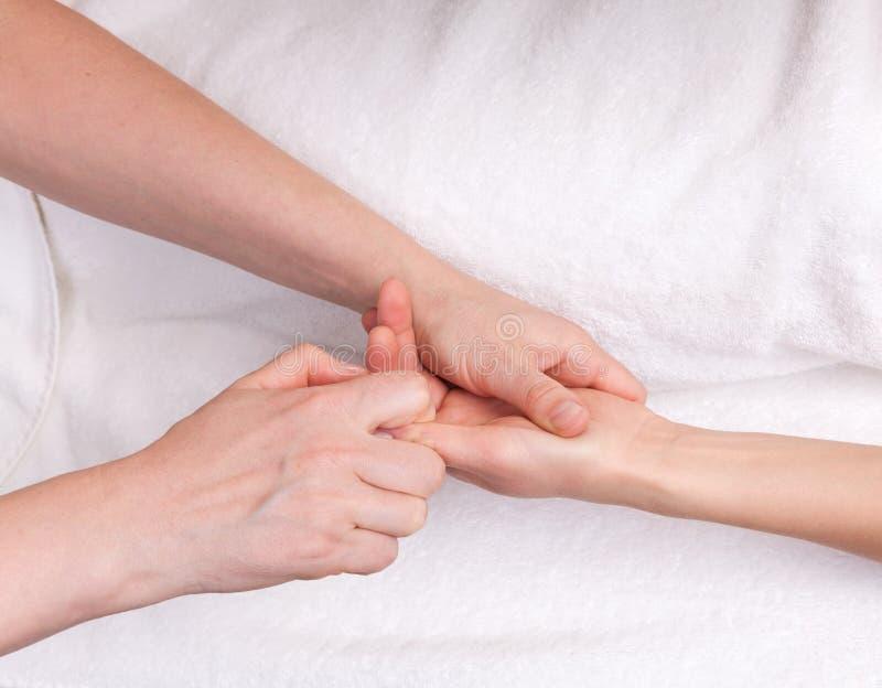 Therapeut die therapeutische palmmassage doen stock afbeeldingen
