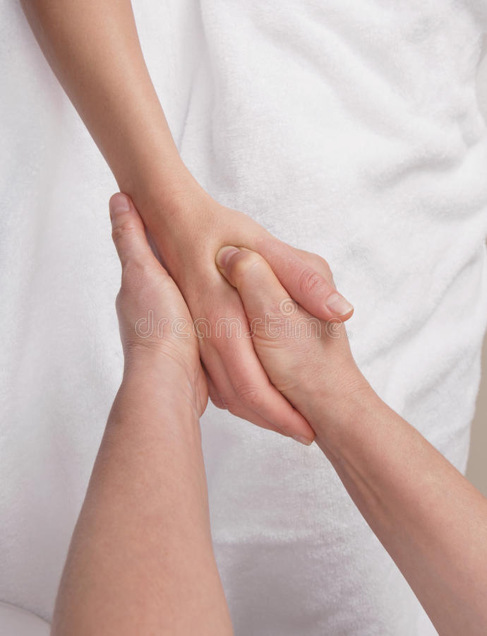 Therapeut die therapeutische palmmassage doen stock foto's