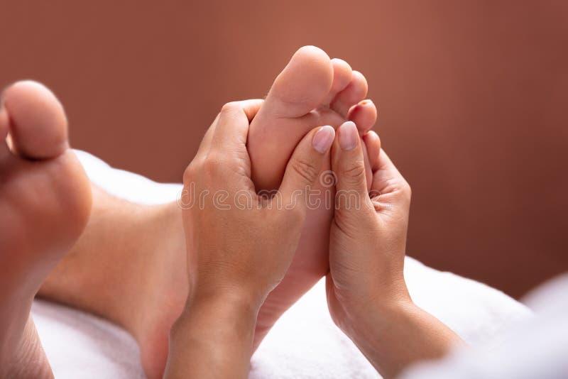 Therapeut Giving Foot Massage aan de Mens stock foto's