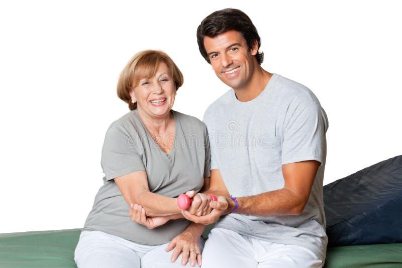 Therapeut Giving Muscle Training voor Elleboogverbinding royalty-vrije stock afbeelding