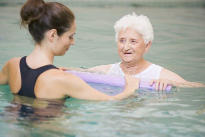 Therapeut und älterer Patient im hydropool lizenzfreie stockfotos