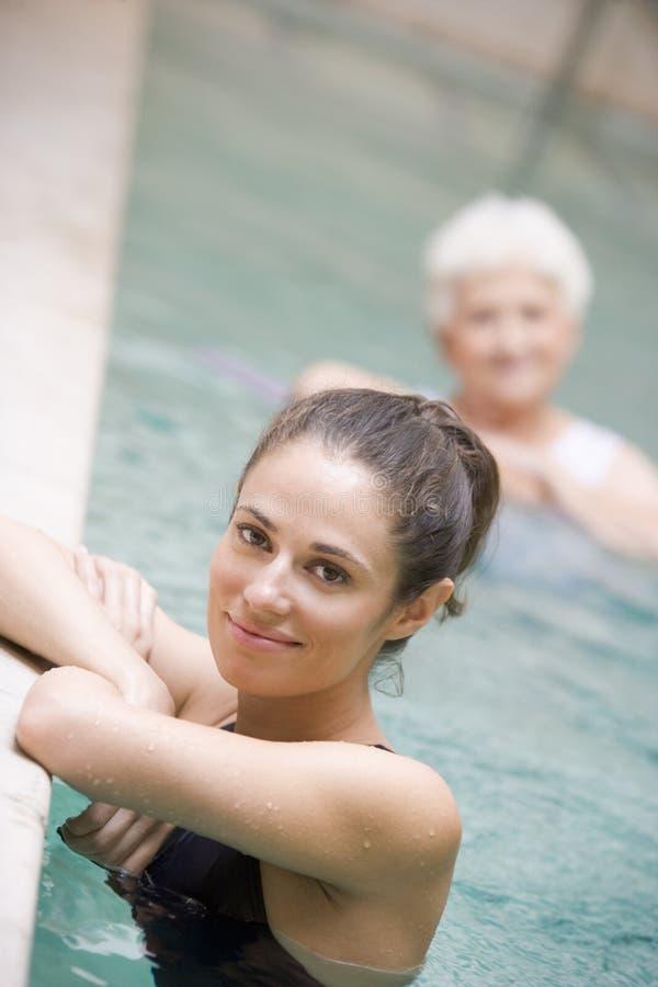 Therapeut und älterer Patient im hydropool stockfotografie