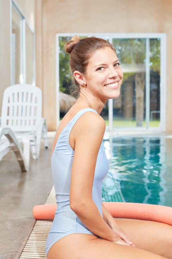 Therapeut voor watergeneeskunde door de pool royalty-vrije stock afbeelding