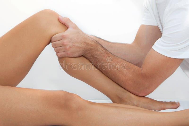 Therapeutische beenmassage stock afbeeldingen