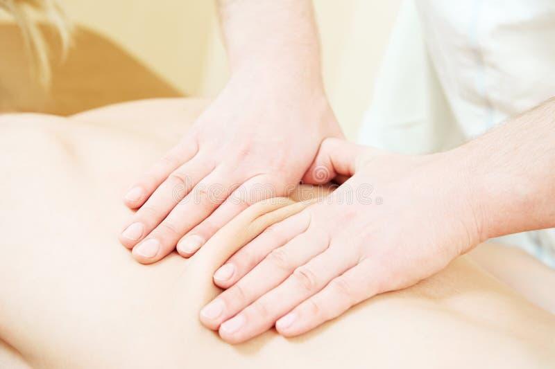 Therapeutische massotherapy massage van menselijke rug tegen fysieke spanning stock afbeelding