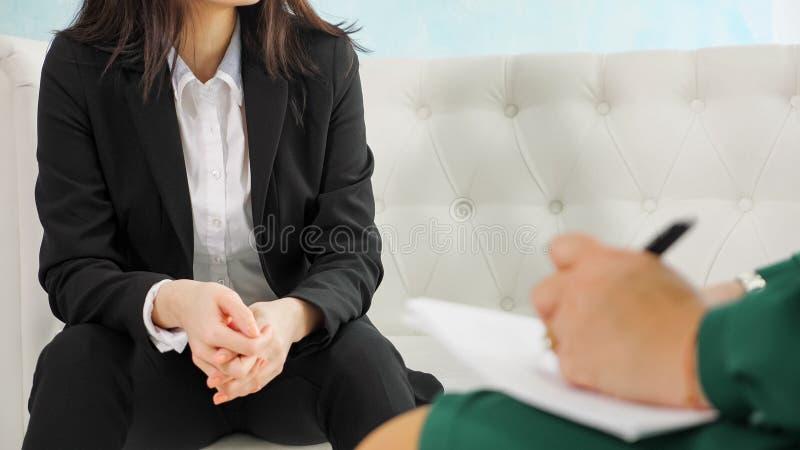 Therapie-Sitzung: nah oben auf den H?nden des nerv?sen, besorgten M?dchens lizenzfreies stockbild