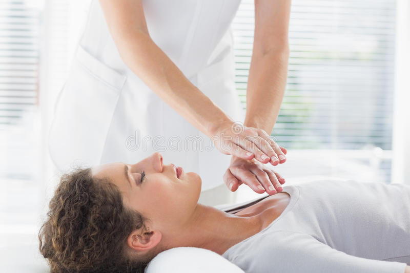 Therapist performing Reiki over woman royalty free stock photos