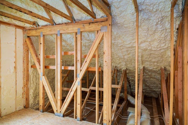 Thermal- und hidroisolierung mit Spray schäumen am Hausbau stockfotografie