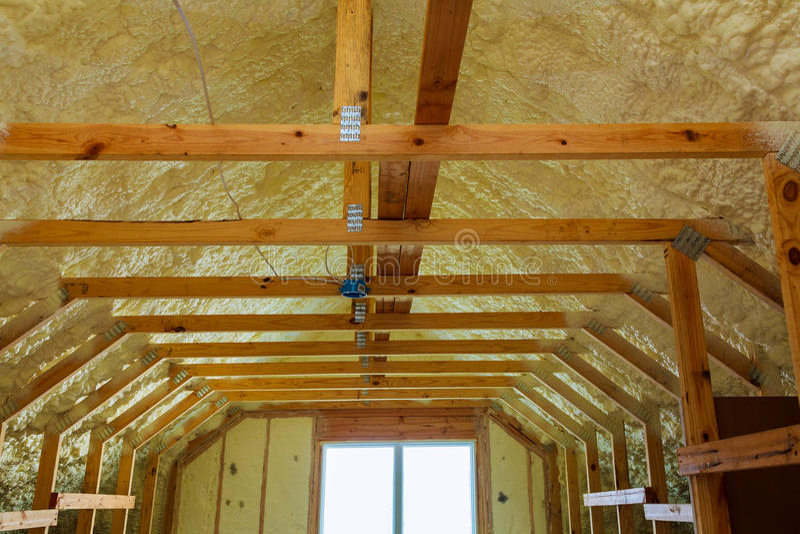 Thermal- und hidroisolierung mit Spray schäumen am Hausbau lizenzfreie stockfotos