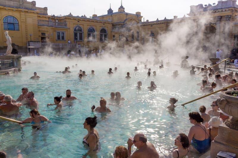 Thermische baden Széchenyi in openlucht met ontspannende mensen op zonnige dag Beroemde Hongaarse kuuroordbaden royalty-vrije stock afbeelding