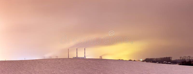 Thermische elektrische centrale en koeltorens bij nacht royalty-vrije stock foto