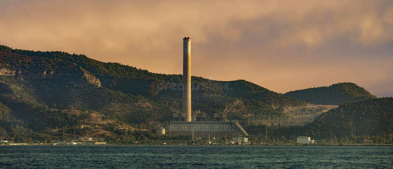 Thermische elektrische centrale in Middellandse Zee stock foto's
