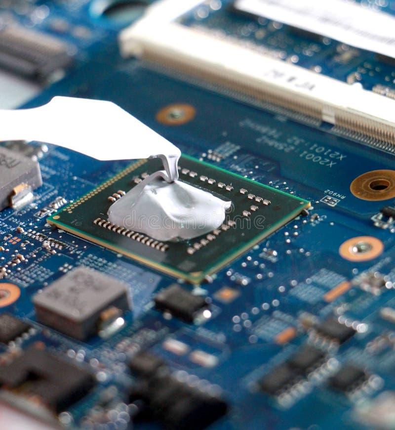 Thermische Paste auf einem Laptopprozessor lizenzfreie stockfotos