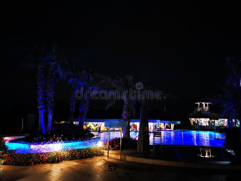 Thermische pool openlucht in de nacht in Balotesti, Roemenië Therme Boekarest royalty-vrije stock foto's