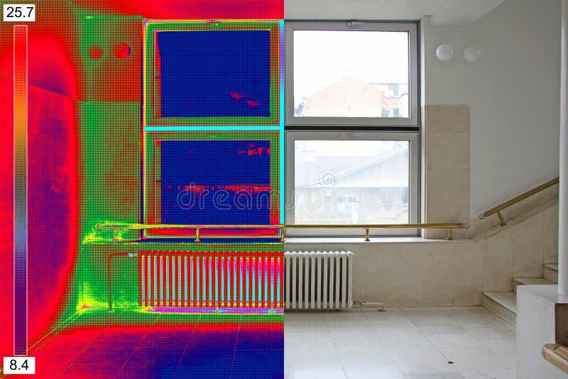 Thermisches und wirkliches Bild der Heizkörper-Heizung und des Fensters auf einem buil lizenzfreie stockbilder