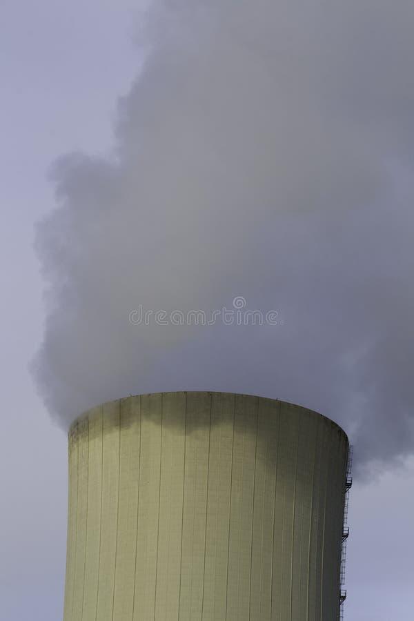 Thermo-elektrische installatie koeltoren met rook royalty-vrije stock afbeelding