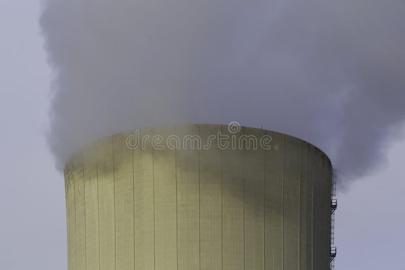 Thermo-elektrische installatie koeltoren met rook royalty-vrije stock foto's
