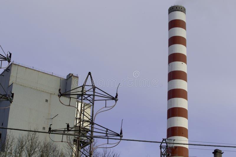 Thermo-elektrische installatie koeltoren met rook royalty-vrije stock afbeeldingen