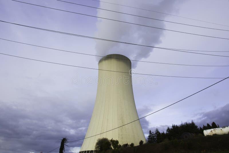 Thermo-elektrische installatie koeltoren met rook stock foto