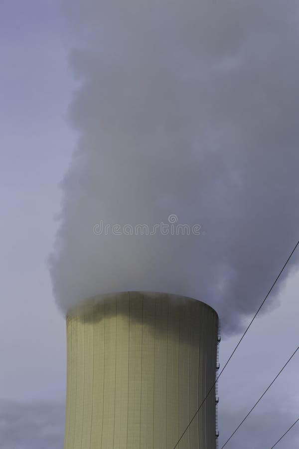 Thermo-elektrische installatie koeltoren met rook stock foto's