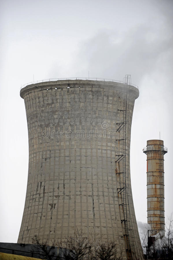 Thermo-elektrische koeltoren met rook stock afbeeldingen
